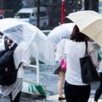 雨の日に傘をさす人